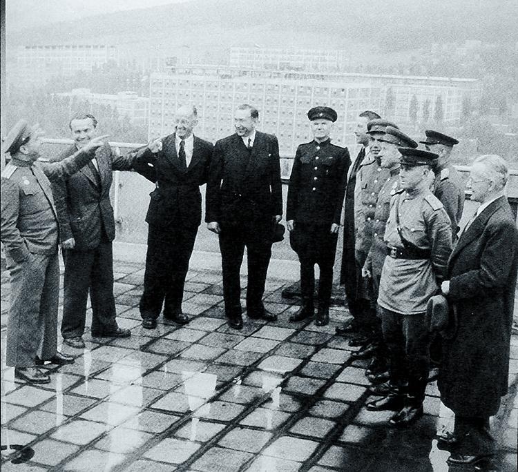 Důstojníci RA s představiteli města