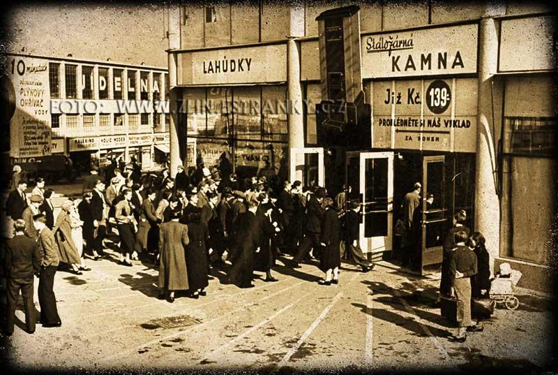 Zlín - západní vchod do obchodního domu v roce 1938.