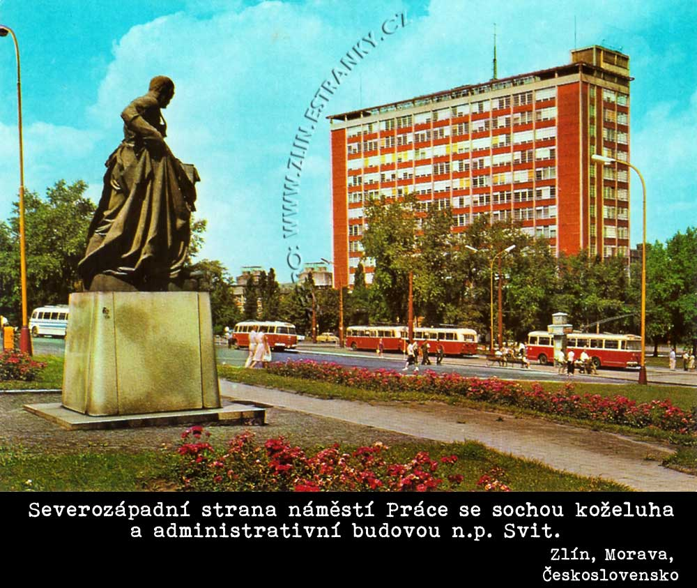Zlín - nám. Práce -  socha koželuha a správní budova n.p. Svit - 1970