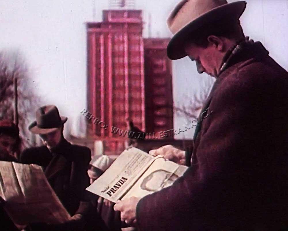 """Zlín - čtenář """"Naší pravdy"""" s oznámením úmrtí Kl. Gottwalda (14. III. 1953)"""